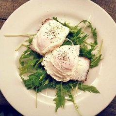 Poached eggs and rocket. The Elk in the Woods, Camden Passage